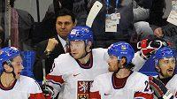 Trenér české hokejové reprezentace Vladimír Růžička (v pozadí) se raduje s hráči na střídačce z branky.