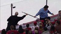 Fanoušek v NHL ulovil hokejku, ale musel ji vrátit.