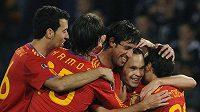 Fotbalisté Španělska oslavují branku Andrese Iniesy (druhý zprava) v utkání proti Skotsku.