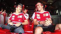 Piloti Ferrari Felipe Massa (vlevo) a Fernando Alonso na nejrychlejší horské dráze planety.