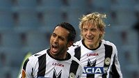 Fotbalisté Udine Medhi Benatia (vlevo) a Dušan Basta se radují z branky.