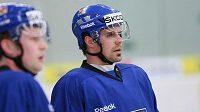 Tomáš Rolinek sleduje spoluhráče při tréninku české hokejové reprezentace.