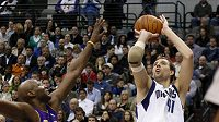 Basketbalista Dallasu Dirk Nowitzki (vpravo) střílí koš Los Angeles.