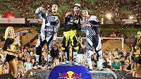 Libor Podmol (uprostřed) oslavuje zisk titulu mistra světa ve freestyle motokrosu.