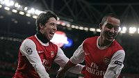 Samir Nasri (vlevo) a Theo Walcott z Arsenalu se radují z branky.