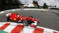 Felipe Massa s vozem Ferrari na okruhu Spa-Francorchamps.