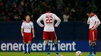 Fotbalisté Hamburku (zleva) David Jarolím, Ruud van Nistelrooy a Paolo Guerrero. Hamburk je v bundeslize na poslední příčce.