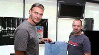 Petr Mašek (vpravo) a Ondřej Synek předvádějí materiál pro olympijskou kolekci