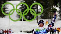 Lyžař Lukáš Bauer se raduje z bronzové medaile z olympijského závodu ve Vancouveru na trati 15 km volně.