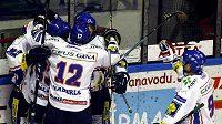 Hokejisté Kladna oslavují gól
