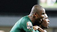 Fotbalisté Kamerunu Mohamadou Idrissou a Samuel Eto´o se radují z branky.