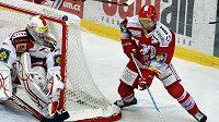 Třinecký Jan Petrek se snaží ohrozit brankáře Slavie Kopřivu.