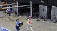 Button skončil po chybě mechanika na konci boxové uličky, do garáže šel po svých.