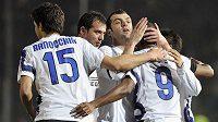 Útočník Interu Milán Samuel Eto´o (č. 9) se raduje se svými spoluhráči z branky do sítě Brescii.