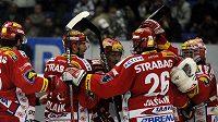 Hokejisté Slavie se radují z vítězství v Plzni.