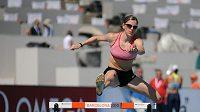 Česká medailová naděje v běhu na 400 metrů překážek Zuzana Hejnová si v Barceloně po tréninku užívá mořských vln.