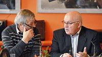 Prezident Asociace profesionálních klubů ledního hokeje (APK) Ctibor Jech a ředitel hokejové extraligy Stanislav Šulc (vpravo).