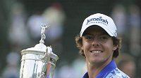 Šťastný Rory McIlroy s pohárem pro vítěze Us Open.