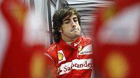 Fernando Alonso přemýšlí v zázemí stáje Ferrari, jak vyzrát ve zbytku sezóny na jezdce McLarenu.