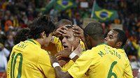 Brazilský kanonýr Luís Fabiano (uprostřed) přijíma gratulaci od svých spoluhráčů za gól, který v první půli vstřelil do sítě mužstva Pobřeží slonoviny.