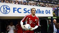 Brankář Bayernu Mnichov Manuel Neuer vstupuje na stadión Schalke 04.