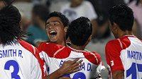 Fotbalista Kostariky do dvaceti let Jose Mena (druhý zleva) se raduje se svými spoluhráči z branky do sítě Egypta.