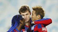 Tomáš Necid se objímá s Keisukem Hondou (vpravo) po střeleném gólu do sítě Palerma.
