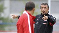 Michal Petrouš, trenér fotbalové Slavie, nedůvěru vedení údajně necítí.