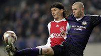 Ondřej Mazuch z Anderlechtu (vpravo) v souboji o míč s Markem Panteličem z Ajaxu.