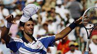 Vítězné gesto Novaka Djokoviče po výhře nad Rafaelem Nadalem v Miami.