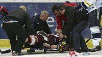 Zraněného Jakuba Koreise nakládají na nosítka.
