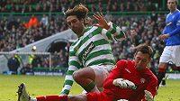 Brankář Glasgow Rangers Allan McGregor zasahuje před Samarasem z Celticu.