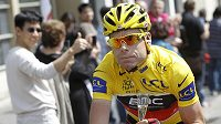 Závěrečná etapa Tour se tradičně nesla v klidném duchu. Majitel žlutého trikotu Cadel Evans si se sklenkou šampaňského užívá svůj triumf.