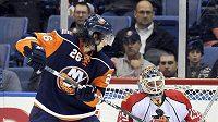 Brankář Floridy Tomáš Vokoun kryje puk před tečujícím Mattem Moulsonem z New York Islanders.