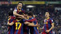 Fotbalisté Barcelony oslavují vítězství v derby s Espaňolem.