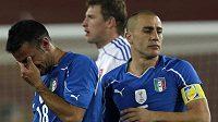 Výraz naprostého zklamání je patrný v očích italských fotbalistů Quagliarella (vlevo) a Cannavara po vyřazení od Slováků.