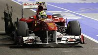 Pilot Ferrari Felipe Massa míří do boxů s rozhadrovanou zadní gumou po střetu s Lewisem Hamiltonem.