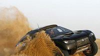 Závodní speciál Mitsubishi Racing Lancer při testech v poušti.