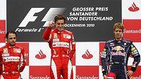 Fernando Alonso (uprostřed) na stupních vítězů po GP Německa