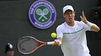 Tomáš Berdych během utkání Wimbledonu proti Julienu Benneteauovi.