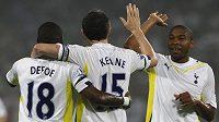 Fotbalisté Tottenhamu se radují s kapitánem Robbie Keanem (uprostřed) z branky.