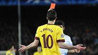Robin van Persie kvůli červené kartě odvetu proti Barceloně nedohrál.
