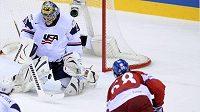 Jaromír Jágr střílí gól do sítě USA ve čtvrtfinále MS. Ty Conclin byl proti jeho ráně bezmocný. Nakonec i celý americký tým.