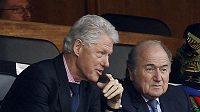 Bývalý americký prezident Bill Clinton (vlevo) a prezident FIFA Sepp Blatter.