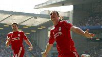 Liverpoolský Andy Carroll (vpravo) se spolu se Stevenem Gerrardem raduje z branky