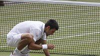Tenista Novak Djokovič slavil vítězství ve Wimbledonu tím, že jedl trávu z kurtu.