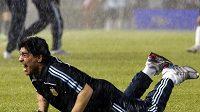 Trenér Argentiny Diego Maradona se za hustého deště raduje z důležitého vítězství nad Peru