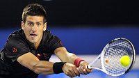Srb Novak Djokovič v zápase s Jo-Wilfriedem Tsongou na Australian Open.