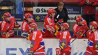 Hokejisté Budějovic se se svým koučem Františkem Výborným radují z gólu.