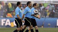 Tři uruguayští rozhodčí zápasu Německo - Anglie. Hlavní Jorge Larrionda kráčí uprostřed.